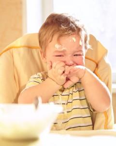 grædende-mindre-barn-foran-mad-(1)